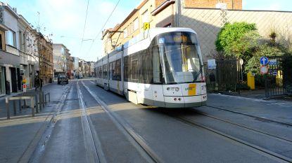 Tram komt aan op heraangelegde Herentalsebaan
