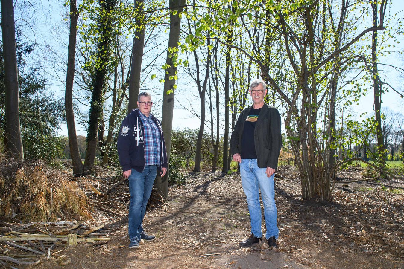 Gert Mensink (links) en Kees van Schaik zien in Almelo flink wat mogelijkheden voor een voedselbos, waar de stad straks dagelijks van profiteert.