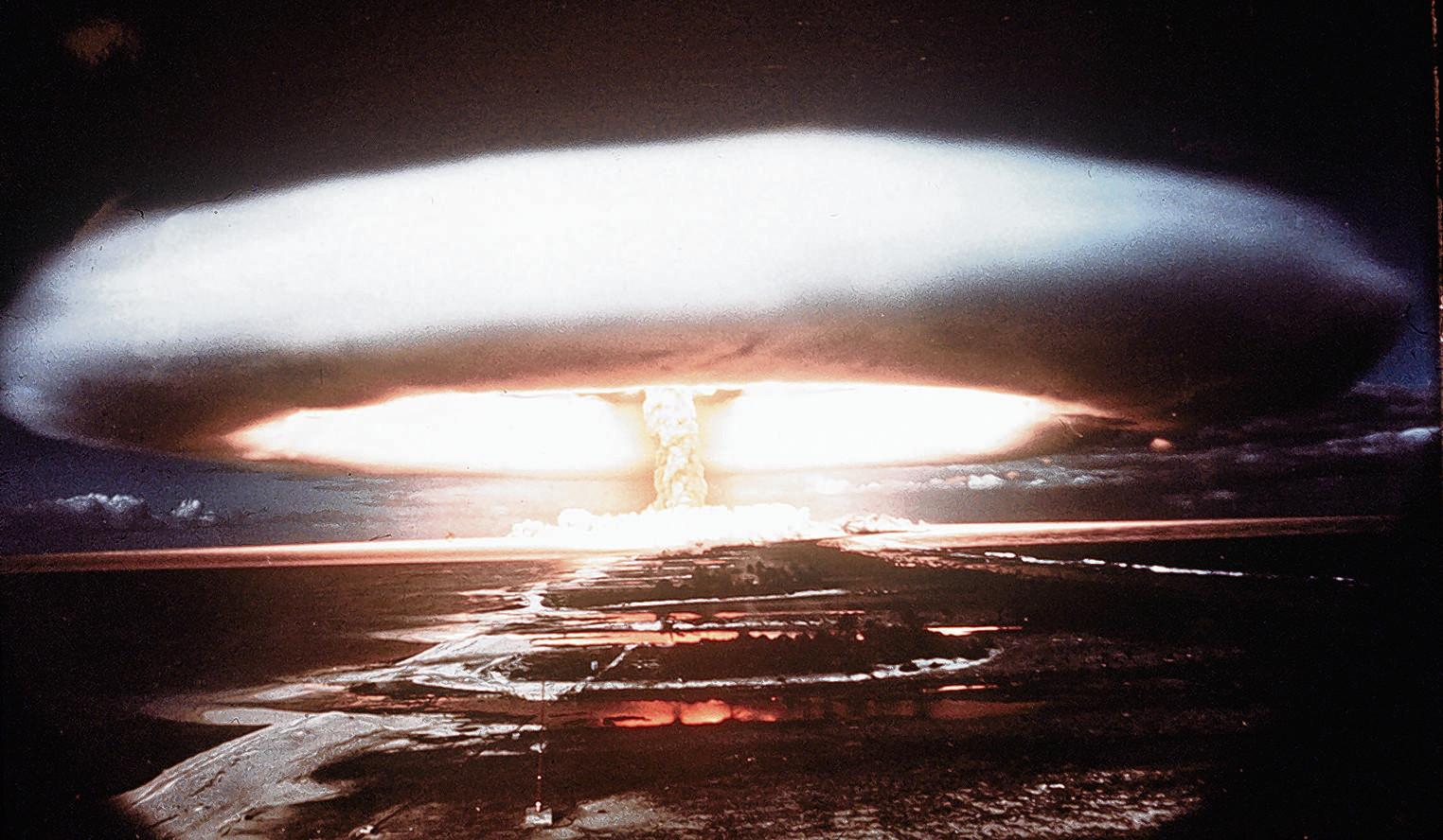 Een nucleaire explosie in 1971 op het atol Mururoa.