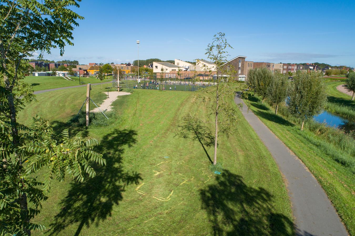 Het grasveld in de Kampense nieuwbouwwijk Onderdijks. De lijnen markeren de plek waar  woensdagochtend een 6-jarig meisje zwaargewond raakte bij een ongeluk met een grasmaaier.  Op de achtergrond basisschool Villa Nova.