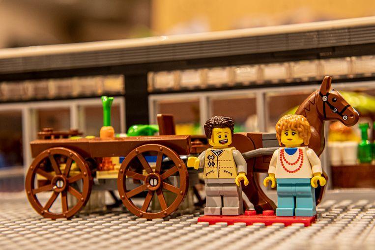 Stichters Etienne en Josette staan met paard en kar in de Lego-versie.