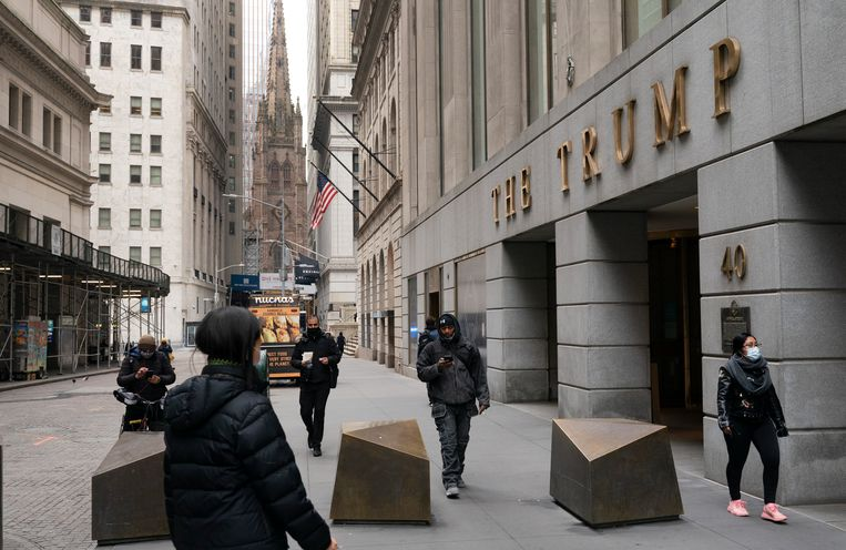 Mensen lopen langs The Trump Building in het financiële district van New York. Beeld AP