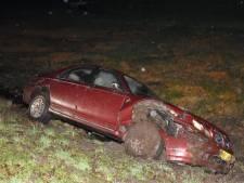 Auto schiet van weg op Hasselterdijk