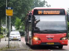 Bussen in Tubbergen nog steeds te vol tijdens ochtendspits: 'Met mondkapjes op bij elkaar op schoot'