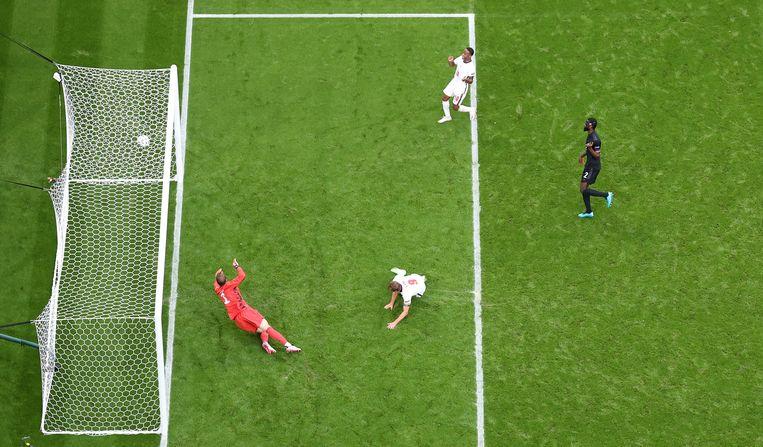 Harry Kane verschalkt de Duitse doelman Manuel Neuer: 2-0 voor Engeland.  Beeld Getty Images