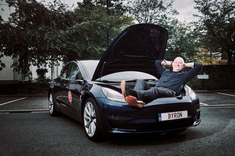Byron Soulopoulos: 'In de Tesla Club hebben we iemand die met 'BE HAPPY' rondrijdt, en iemand die 'NO OIL' koos.'  Beeld Thomas Sweertvaegher