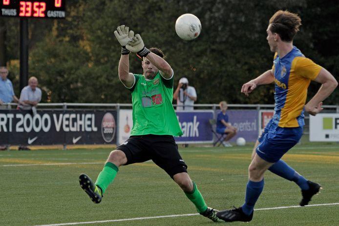 Doelman Jesper Maes bij zijn competitiedebuut voor UNA 1 in augustus 2019 tegen Blauw-Geel'38 in Veghel.  Rechts Koen van der Zanden van Blauw-Geel'38.