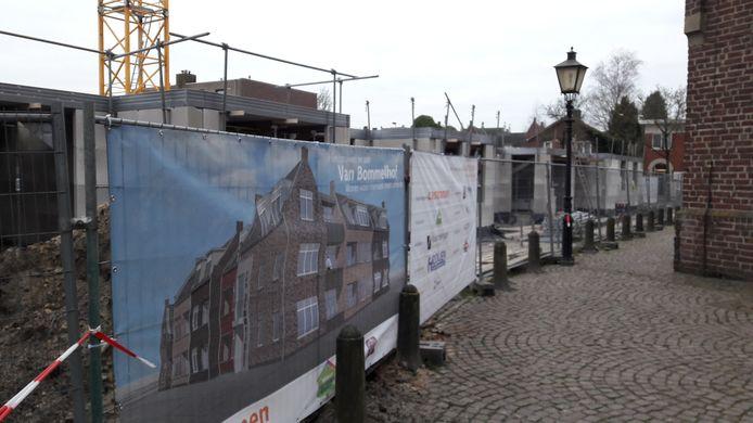 Naast de kerk van Moergestel verrijst een appartementengebouw voor dementerenden.