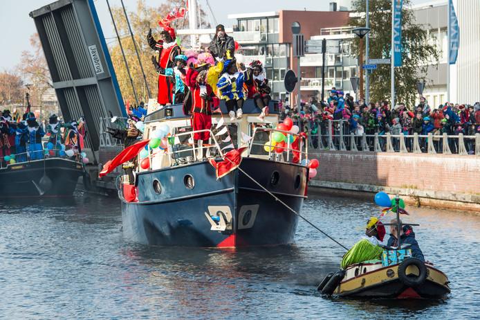Sinterklaas komt aan in Almelo. Qua faciliteiten zou de stad best een landelijke intocht kunnen organiseren, maar het Almelose Sintcomité houdt de (pakjes)boot af, vanwege het huidige klimaat rondom de Zwartepiet-discussie.
