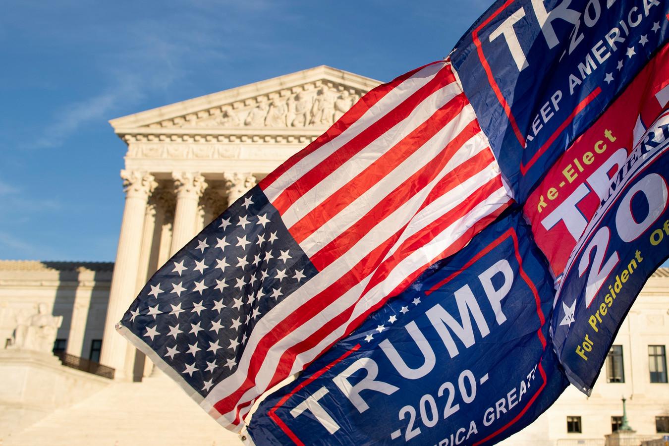 Pro-Trumpvlaggen en de Amerikaanse vlag wapperen voor het hooggerechtshof in Washington.
