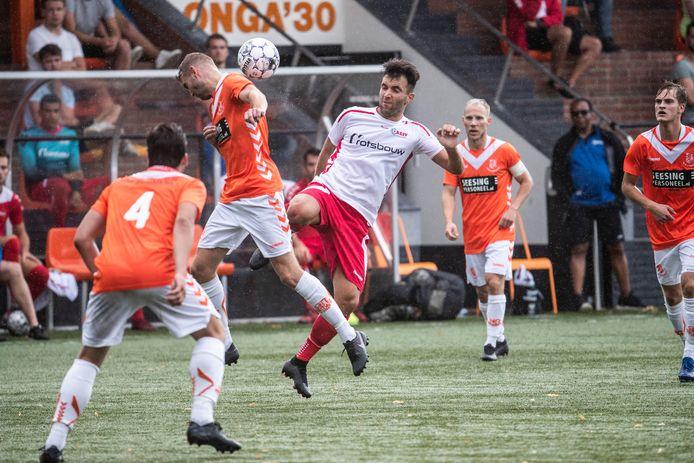 Het Aaltense hoofdklasser AZSV, hier in actie tegen Longa'30 in een oefenduel, speelt het liefst een halve competitie vanaf januari.