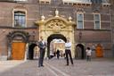 Hans van Soest (l) en Peter Winterman (r) samen op het Binnenhof in Den Haag.