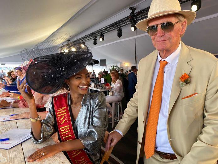 Miss België zit in de jury van de hoedenwedstrijd van Willy Naessens.