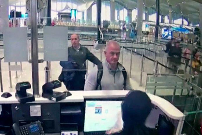 Michael L. Taylor (M) en George-Antoine Zayek tijdens een identiteitscontrole op Istanbul Airport.