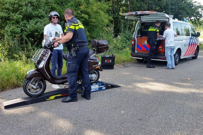 De politie hield dinsdagochtend een bromfietscontrole in Wierden.