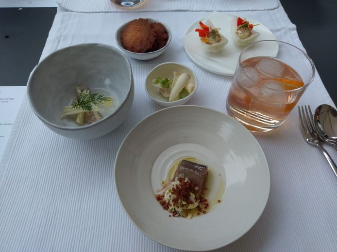 De hapjes: maatje met zure room, makreel met rijstazijn, paksoi met mosterdzaadjes, bloemkool met kaasschilfertjes en kaaskoekjes met gedroogde en gefermenteerde kappertjes.