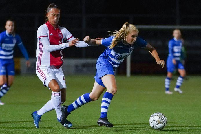 Celien Tiemens - rechts, in gevecht met Ajacied Quinty Sabajo - heeft haar contract bij PEC verlengd.