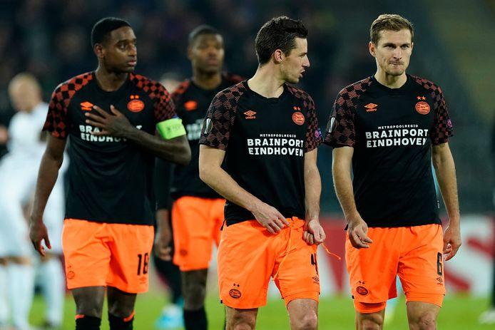 De crisis bij PSV in een beeld gevangen. Pablo Rosario, Nick Viergever en Daniel Schwaab druipen af na de 4-1 nederlaag op bezoek bij LASK Linz.