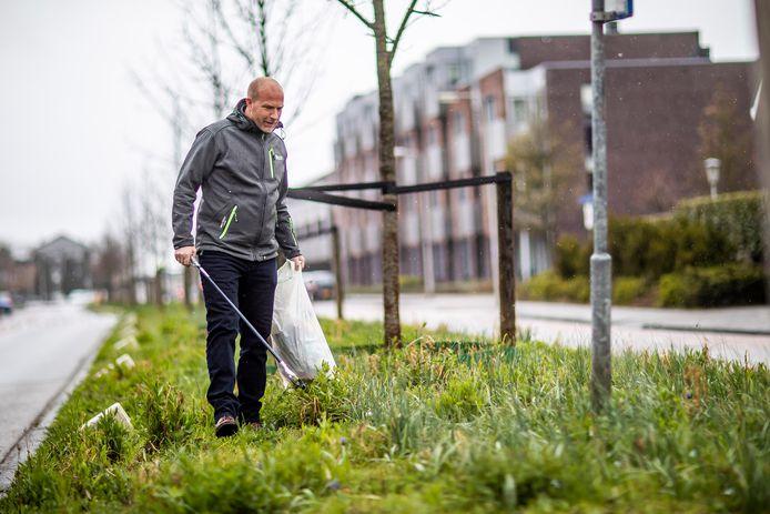 Michel Ferweda loopt regelmatig met een prikker langs de wegen, de laatste tijd vind hij ook vaak pony-paks.