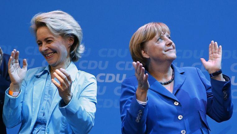 Defensieminister Von der Leyen (links) en Merkel tijdens een verkiezingsbijeenkomst in september. Beeld reuters