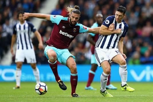 Gareth Barry (West Bromwich Albion) in duel met Andy Carroll (West Ham United), 16 september 2017.