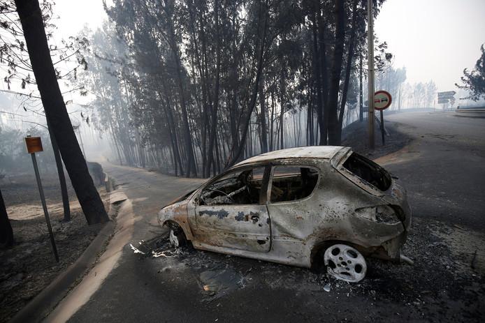 Een auto is verwoest door vlammen bij de bosbranden in Portugal.