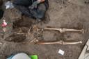 Een skelet in de bodem op het plein.