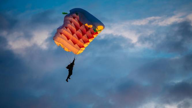 Parachutist raakt bewusteloos na botsing met collega, overleeft sprong
