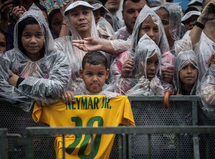 Een foto uit 2014, toen Neymar een bezoekje bracht aan het Instituto Projeto Neymar. Heel wat mensen probeerden een glimp op te vangen van hun idool.