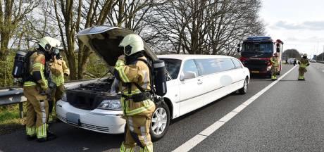 Witte rook onder motorkap van grote limousine op de A65 bij Berkel-Enschot