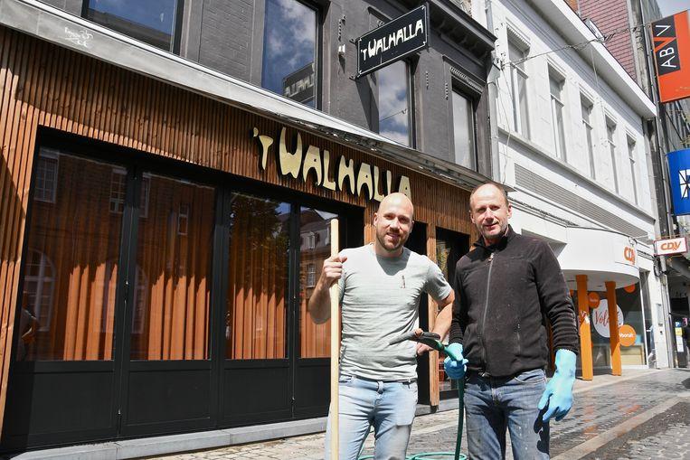 Wouter en Lieven Vandekerkhove van 't Walhalla gingen aan de slag  met borstel en tuinslang.