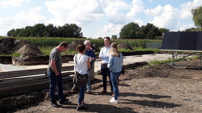Toekomstige buren maken een praatje met een lokale journalist in de Maalderijstraat in Oosteind waar de Nul Op de Meter woningen gebouwd worden.