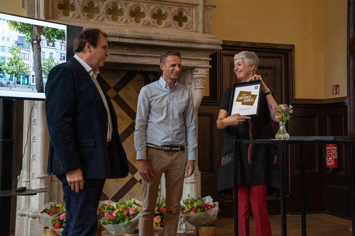 Edith Wouters reikt Het Erfgoedjuweel 2021 uit aan Dirk Styaert, architect van het pand op de Paardenmarkt.
