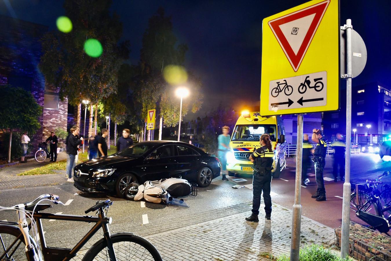 Auto en snorfiets raakten zwaar beschadigd bij de aanrijding op het Basiliekpad in IJsselstein.