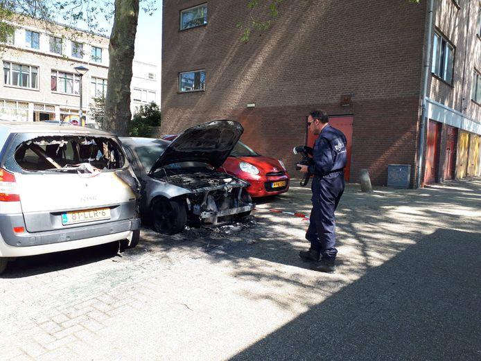 De politie doet eind april in de Rosendaalsestraat in Arnhem onderzoek naar een autobrand.