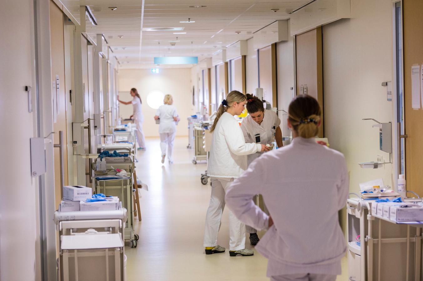 Op de afdeling A6, acute zorg, van het Medisch Spectrum Twente (MST) liggen de coronapatiënten. Bezoek hoeft geen beschermende kleding  te dragen.