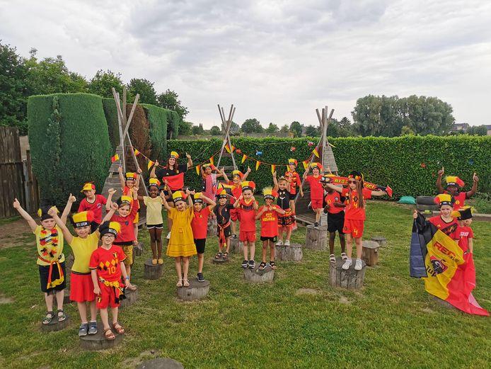 Het eerste leerjaar van 't Landuiterke in Denderleeuw supportert voor de Rode Duivels.