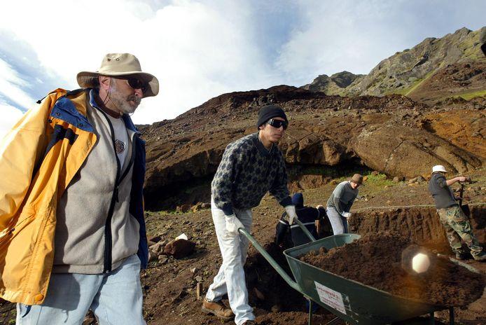 Zakenman Bernard Keiser (I) tijdens de opgravingen bij de Puerto Inglès (Engelse haven) op het eiland Robinson Crusoe, zo'n 700 kilometer ten westen van het Chileense vasteland.