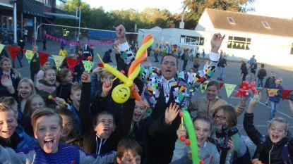Video: polonaise en verrassingsfeest voor schooldirecteur