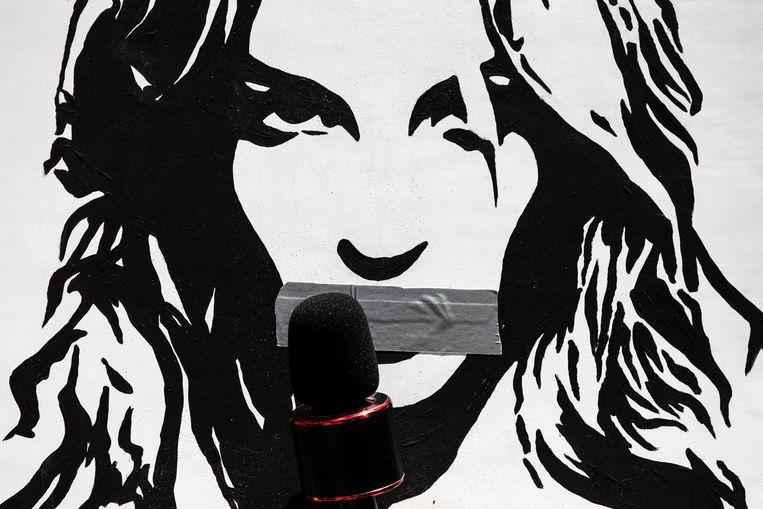 Een demonstrant in het #FREEBRITNEY-protest in Los Angeles brengt tape aan op een tekening van Britney Spears. Beeld EPA