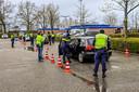 De actie op het parkeerterrein bij het sportpark aan de Westrand in Zevenbergen begon rond 16.00 uur. Drie kwartier later vertrok de vliegende controle naar de volgende locatie in Oudenbosch.