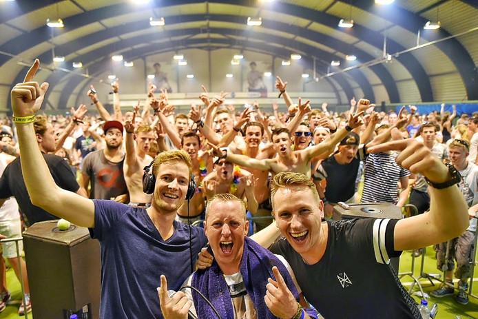 Het feest van Intents Festival in Oisterwijk ging verder in de sporthal, nadat de camping eerder werd ontruimd.