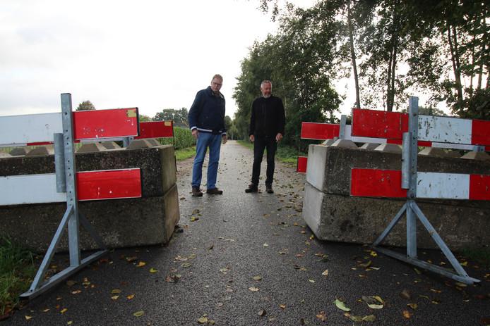 Handig om een sluipweggetje te hebben als Sprundel onbereikbaar is, stellen ondernemers Frank Snijders (links) en Jac van Trijp. Te smal en gevaarlijk, reageert de gemeente.