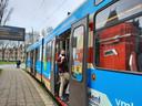 Remco Klaasse stapt in tram 16 op het Statenpein in Den Haag. De halte verdwijnt mogelijk.