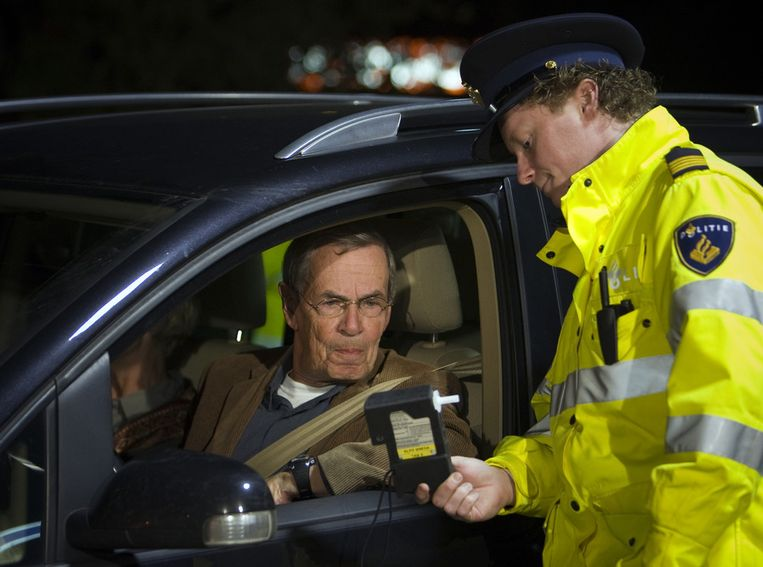 Een politieman toont het alcoholpromillage aan een automobilist. © ANP Beeld