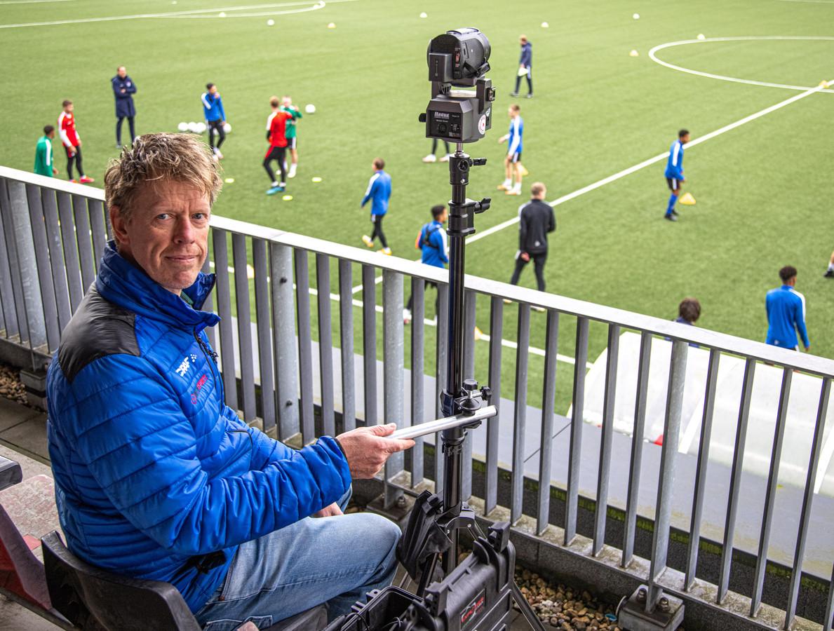 Publiek is niet meer welkom, en dus zetten verschillende sportclubs livestreams op poten. Zo brengt Alex de Graaf de Zwolse derby Be Quick'28 - WVF in beeld.