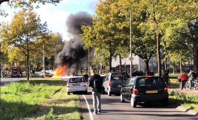 De auto ging in korte tijd vrijwel in rook op.