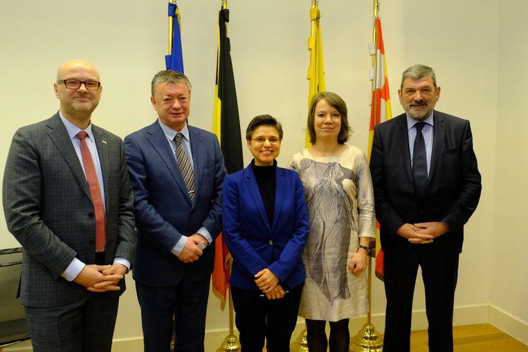 Naast Harry Debrabandere (tweede van links) legden ook de nieuwe burgemeesters Dirk Bauwens (Schilde), Liesbeth Verstreken (Zoersel) en Harry Hendrickx (Malle) de eed af bij gouverneur Cathy Berx (midden).
