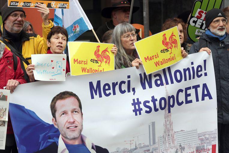 Betogers bedanken Magnette om zijn verzet tegen het vrijhandelsverdrag CETA. Beeld EPA