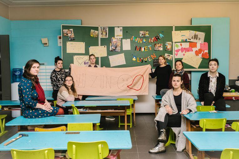In de klas van Anna-Maria, met onder meer Juf Sofie Pijkels (rechts) en directeurs Hilde Henderickx (aan spandoek, zwarte trui) en Mieke Elaut (zittend, roodzwarte trui). Beeld Wouter Van Vooren